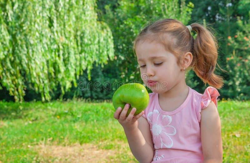 Download Niña que come la manzana imagen de archivo. Imagen de sonrisa - 41919147