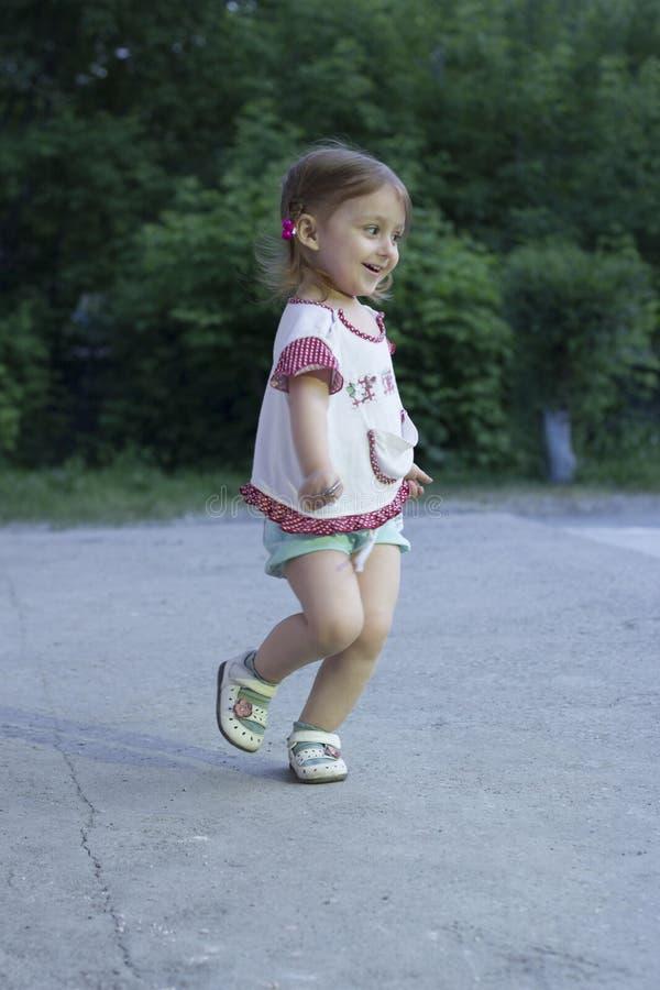 Niña que corre en el parque por la tarde fotos de archivo libres de regalías