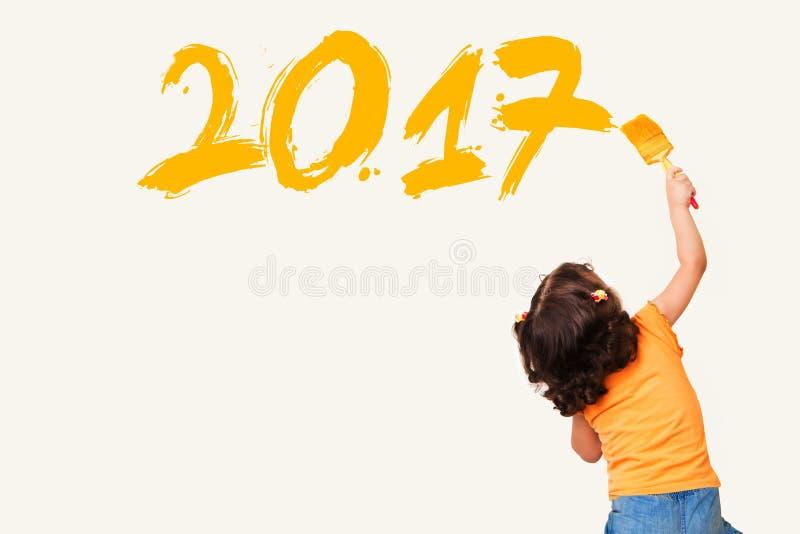 Niña que dibuja el Año Nuevo 2017 imagen de archivo libre de regalías
