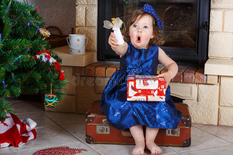 Niña que es feliz sobre regalo de Navidad. foto de archivo libre de regalías