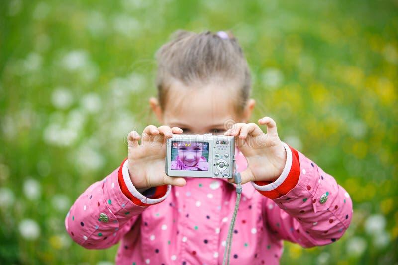 Niña que hace un selfie con la cámara digital fotografía de archivo