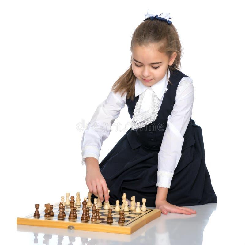 Niña que juega a ajedrez imagen de archivo