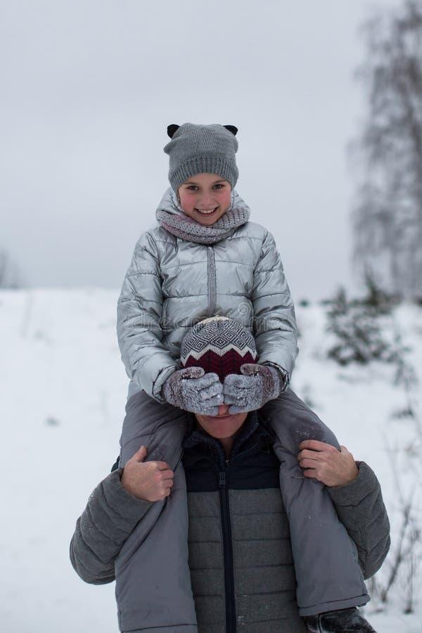 Niña que juega con el padre en el invierno al aire libre imágenes de archivo libres de regalías