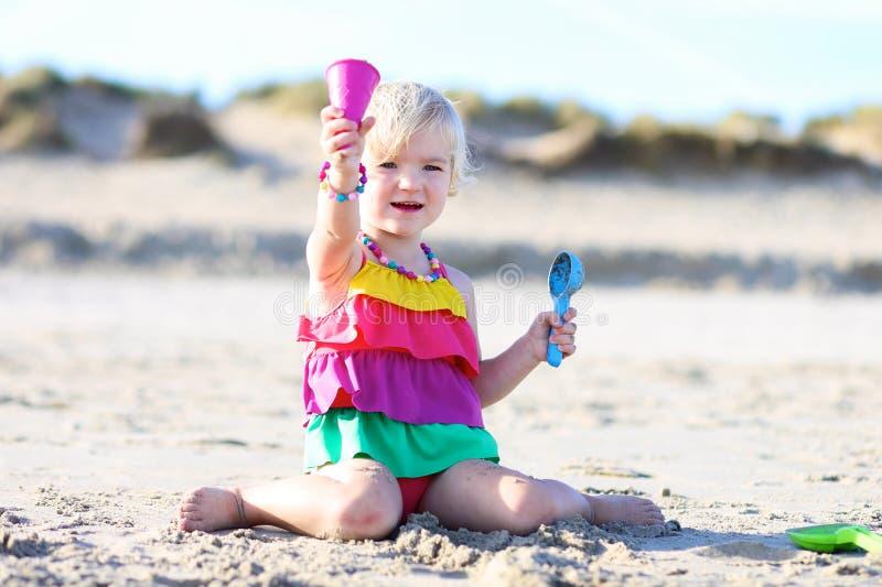 Niña que juega en la playa fotos de archivo