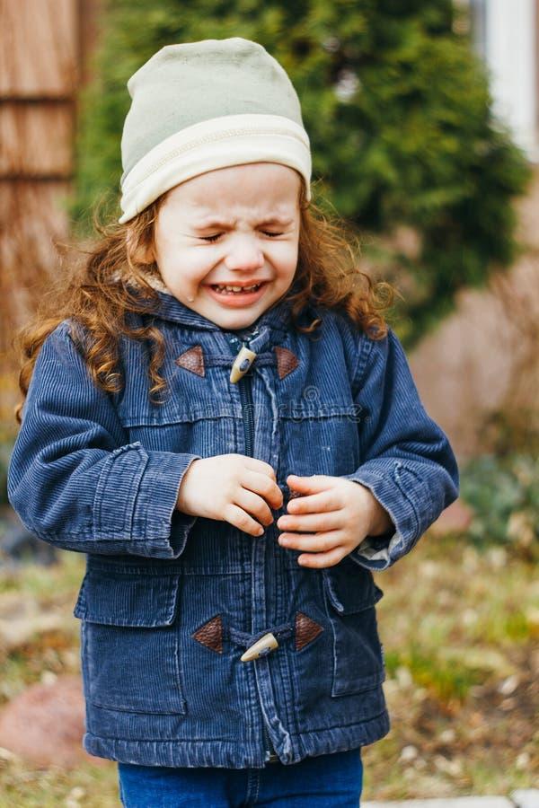 Niña que llora en la calle Daño y rasgones del niño fotografía de archivo libre de regalías