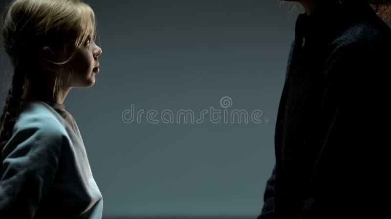 Ni?a que mira a la mujer adulta, madre hu?rfana del hallazgo del ni?o, unidad foto de archivo libre de regalías