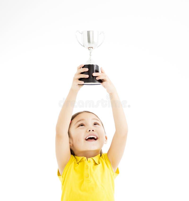 Niña que muestra el trofeo fotografía de archivo