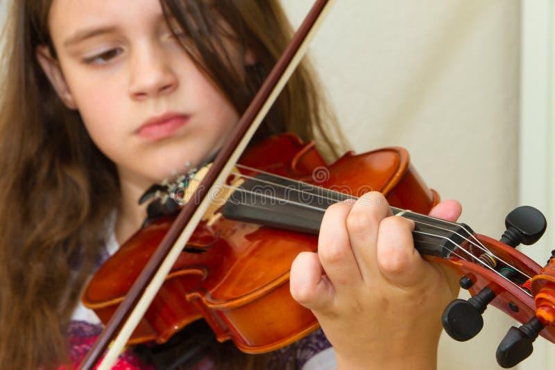 Niña que practica su violín foto de archivo libre de regalías