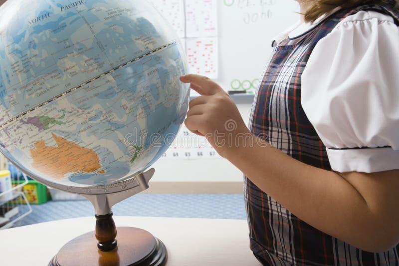 Niña que señala al globo foto de archivo libre de regalías