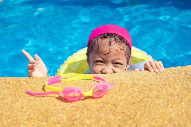 Niña que se divierte en piscina del aire libre foto de archivo