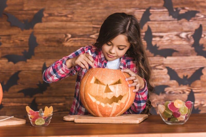 Niña que se prepara para Halloween imagen de archivo