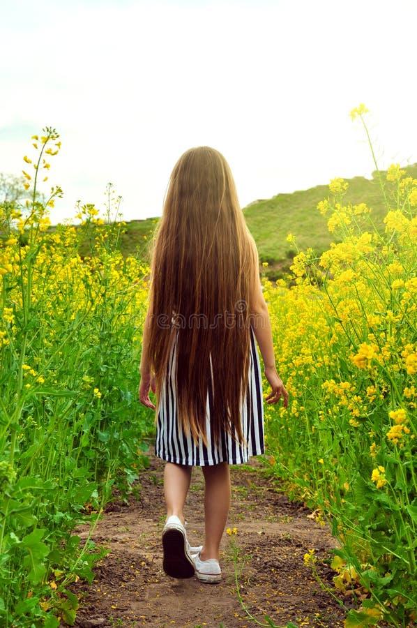 Niña que se sienta en la cerca con el ramo - muchacha feliz imagen de archivo libre de regalías