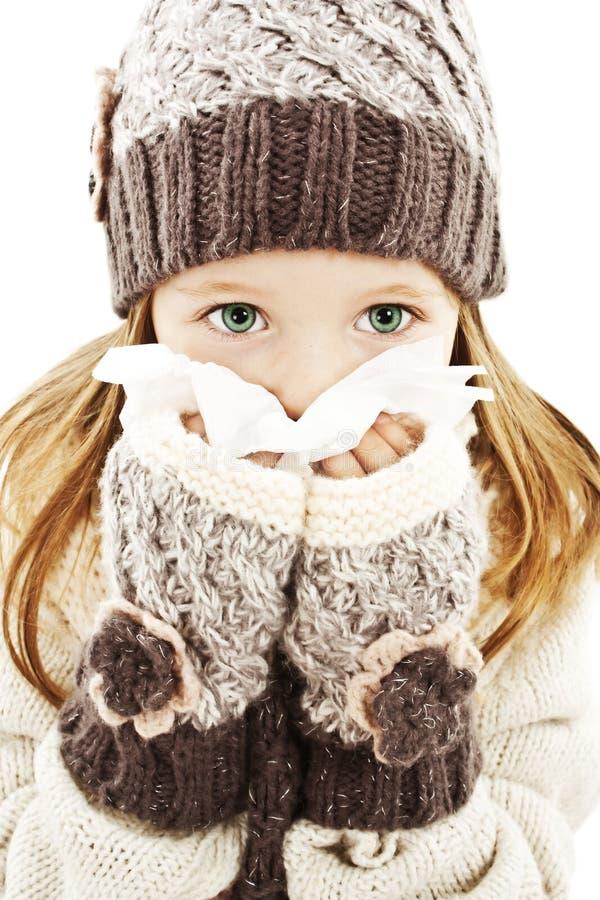 Niña que sopla su nariz. Estilo del invierno. fotografía de archivo libre de regalías