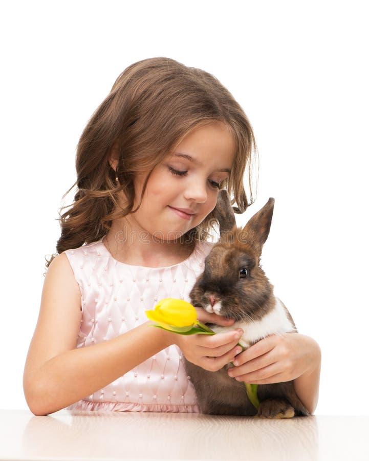 Niña que sostiene el conejito y el tulipán imágenes de archivo libres de regalías