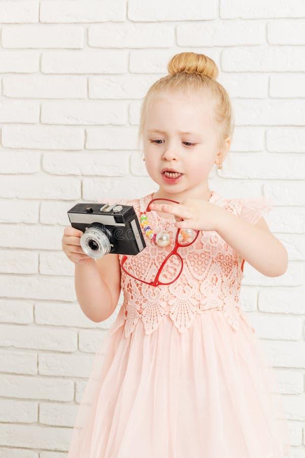 Niña que sostiene una cámara foto de archivo libre de regalías