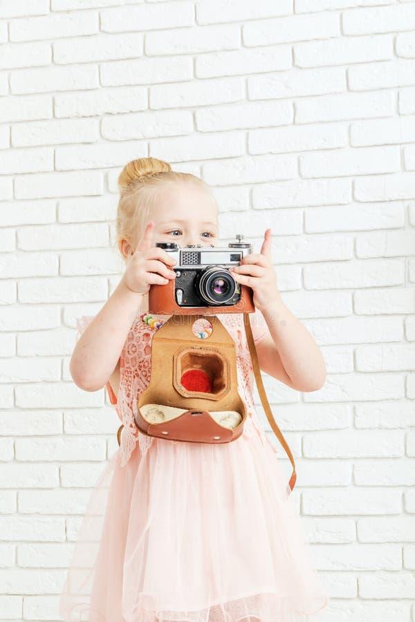 Niña que sostiene una cámara imagen de archivo libre de regalías
