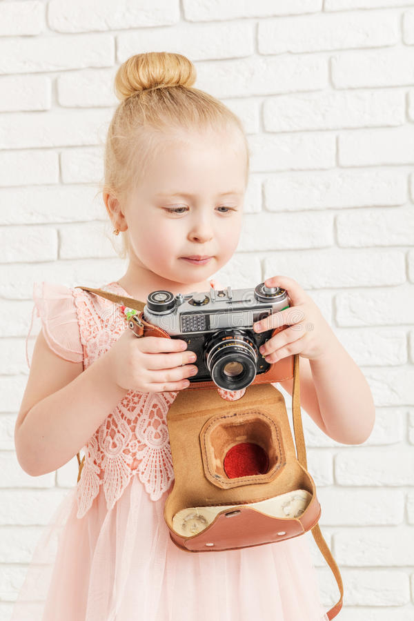 Niña que sostiene una cámara imagen de archivo