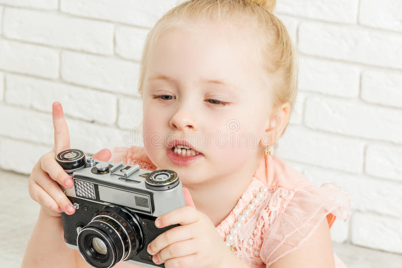 Niña que sostiene una cámara fotos de archivo libres de regalías
