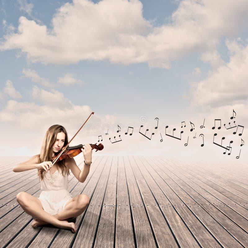 Niña que toca el violín imagenes de archivo
