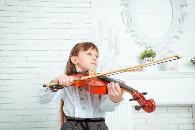 Niña que toca el violín imagen de archivo libre de regalías