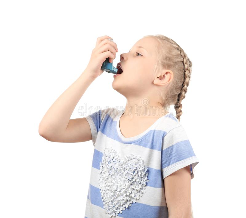 Niña que usa el inhalador en el fondo blanco Concepto de la alergia fotografía de archivo libre de regalías