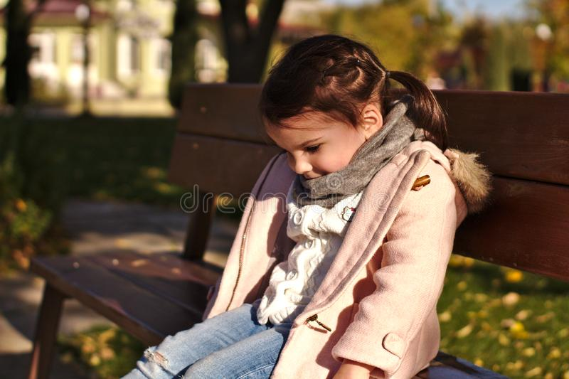 Niña sonriente hermosa en parque del otoño fotos de archivo libres de regalías
