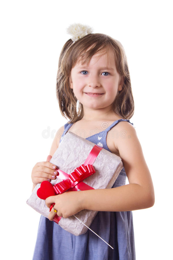 Niña sonriente que sostiene la actual caja fotos de archivo libres de regalías