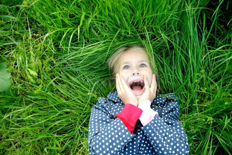 Niña sonriente sorprendida imagen de archivo libre de regalías