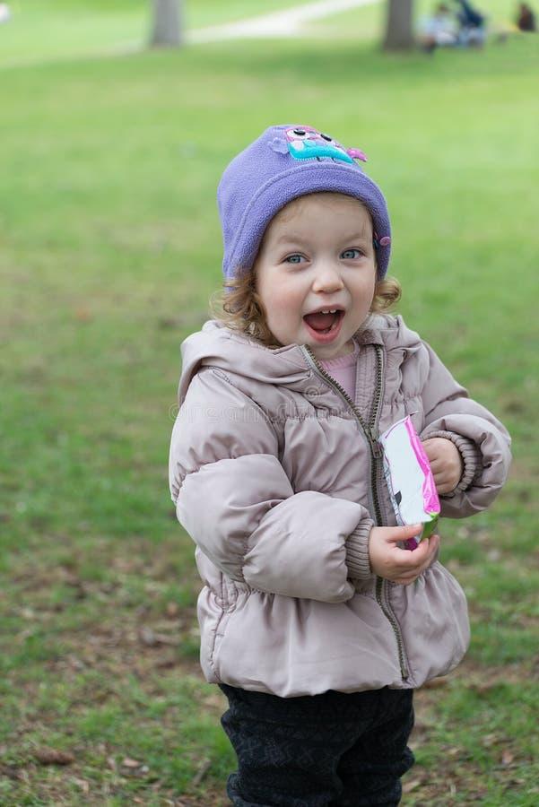 Niña sorprendida en un parque en primavera fotografía de archivo libre de regalías