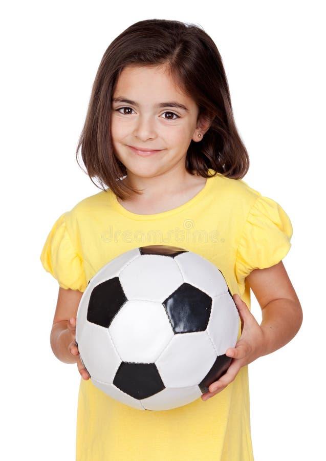 Niña triguena con un balón de fútbol fotos de archivo