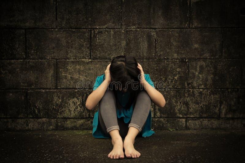 Niña triste y deprimida fotografía de archivo