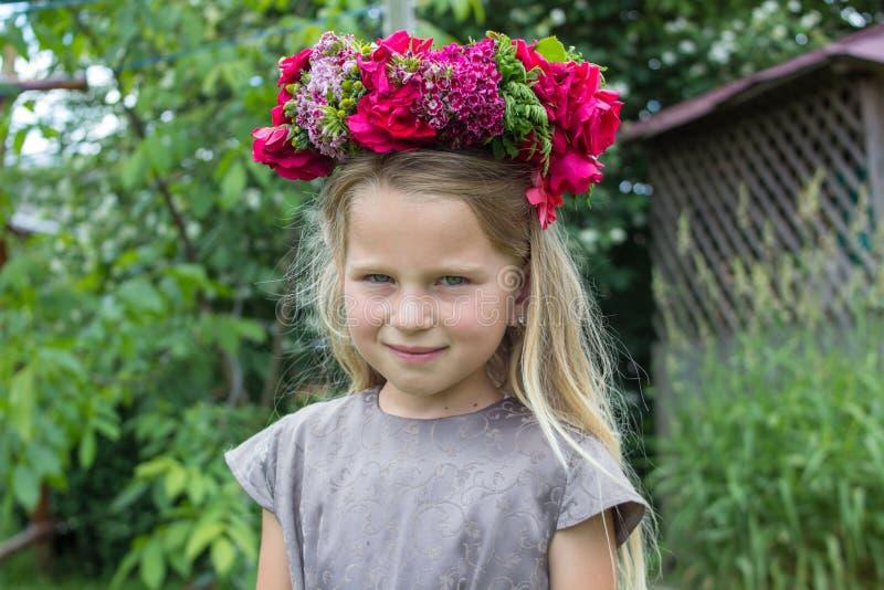 Niña una guirnalda de flores imagen de archivo libre de regalías
