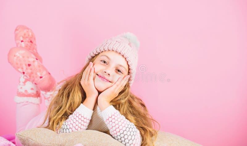 Niña usa un sombrero bonito de punto y accesorio de pañuelo. Concepto de accesorio de invierno. El pelo largo de la chica sueña fotos de archivo