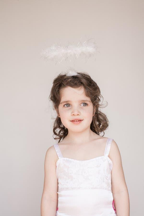 Niña vestida como ángel fotos de archivo