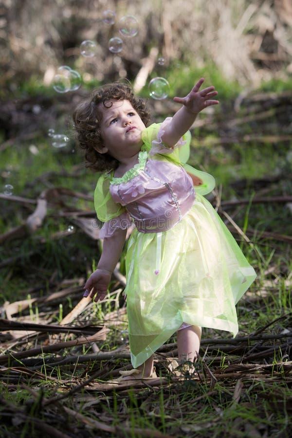 Niña vestida como hada con las burbujas de jabón imagen de archivo libre de regalías