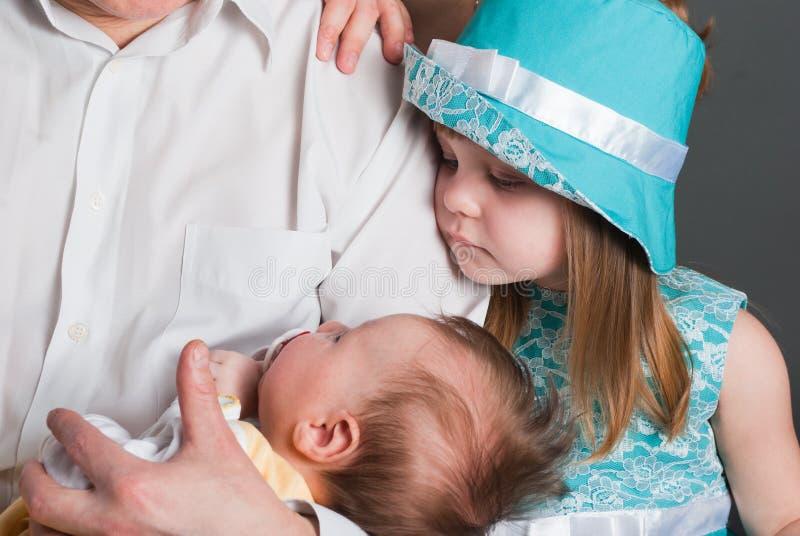 Niña y bebé recién nacido imagen de archivo