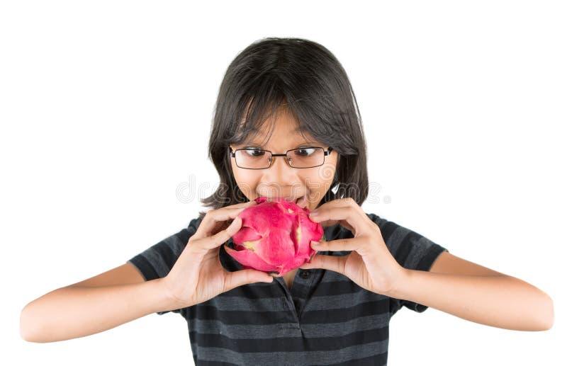 Niña y Dragonfruit I foto de archivo libre de regalías