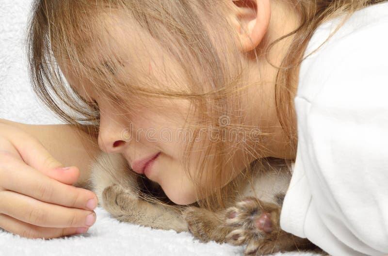 Niña y gatito foto de archivo libre de regalías