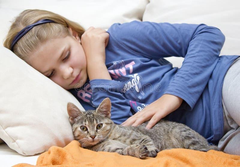 Niña y gatito imagenes de archivo