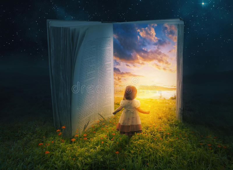 Niña y libro abierto fotografía de archivo