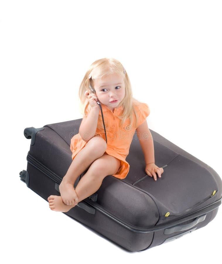 Niña y maleta en estudio fotos de archivo