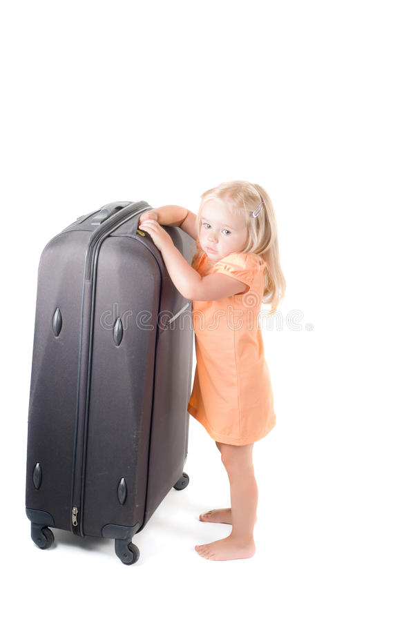 Niña y maleta en estudio imagen de archivo libre de regalías
