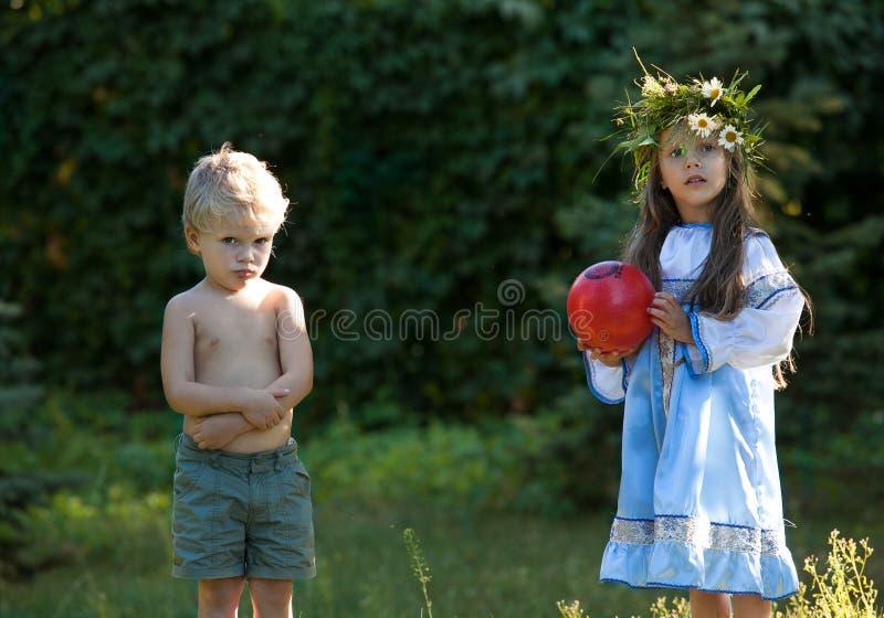 Niña y muchacho con la bola imágenes de archivo libres de regalías