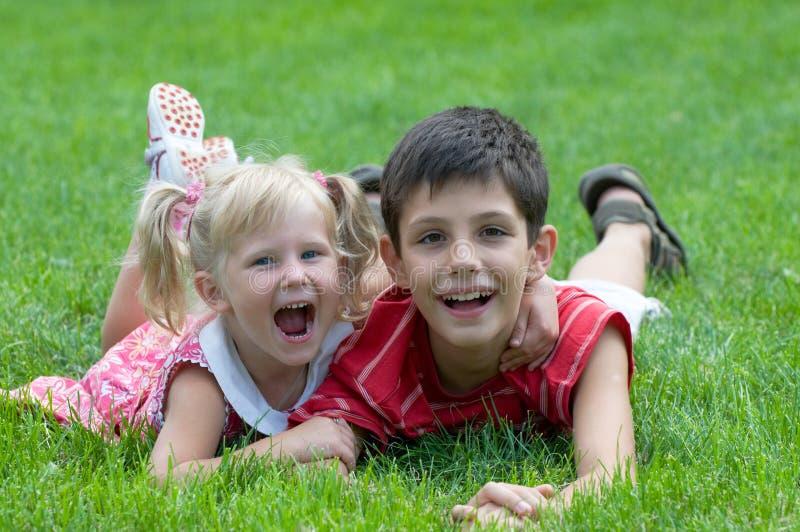 Niña y muchacho sonrientes en el parque fotografía de archivo libre de regalías