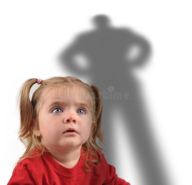 Niña y sombra asustadiza en blanco imagenes de archivo