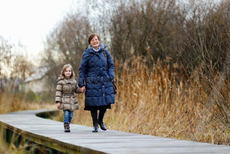 Niña y su abuela que toman un paseo imagen de archivo libre de regalías