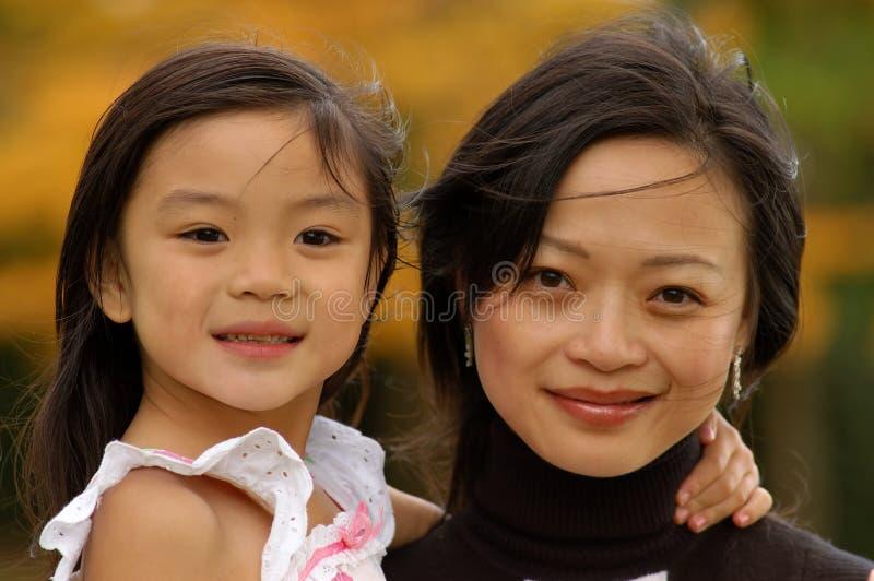 Niña y su madre fotos de archivo