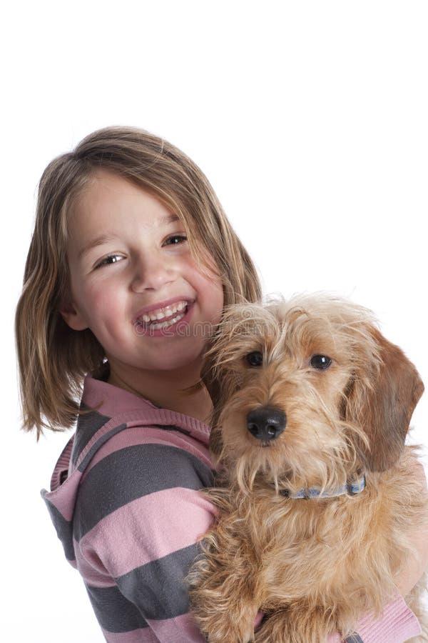 Niña y su perro de animal doméstico fotos de archivo