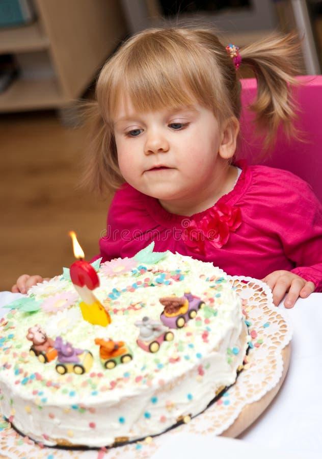 Niña y torta de cumpleaños fotos de archivo