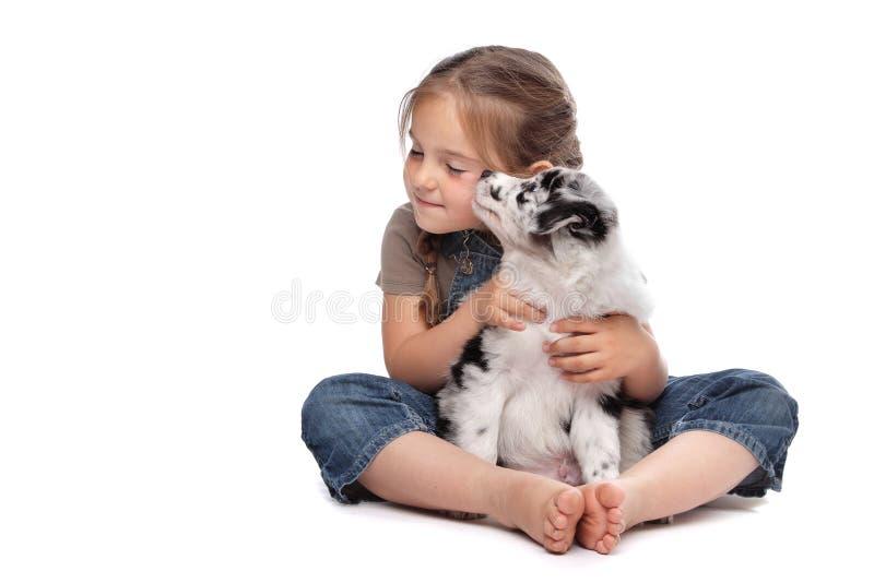 Niña y un perrito fotografía de archivo libre de regalías